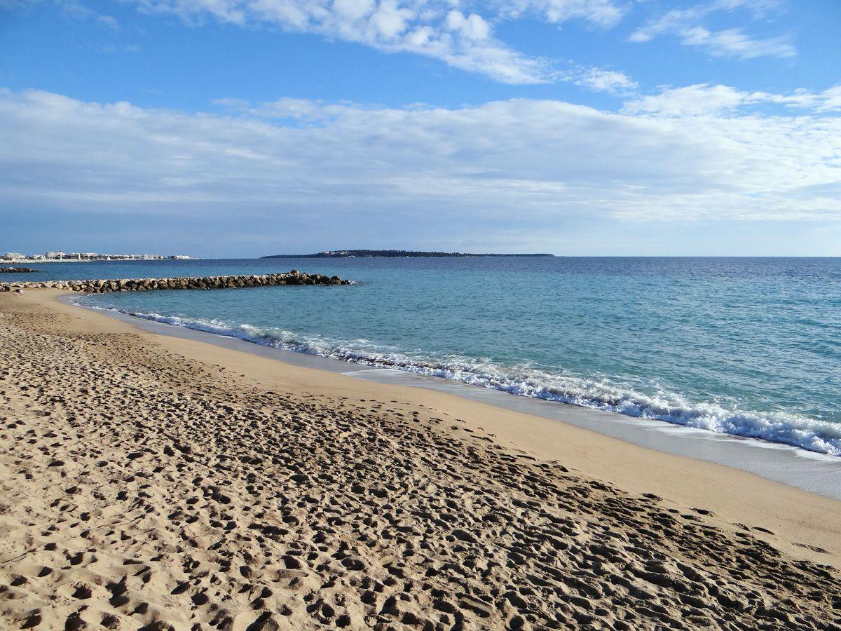 Camping plages c te d 39 azur les pinedes provence alpes c te d 39 azur - Plage la plus proche de salon de provence ...